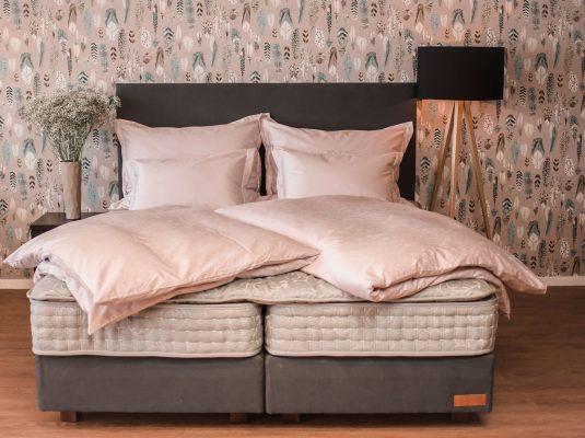 Kontinentální postel s lampou