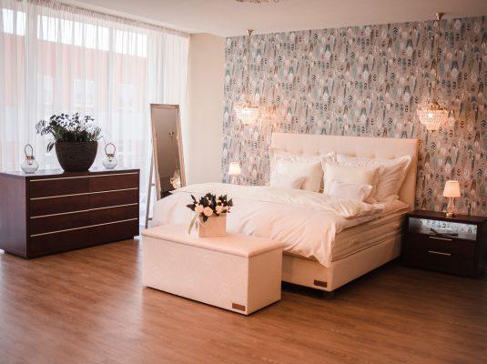Kontinentální postel s komodou
