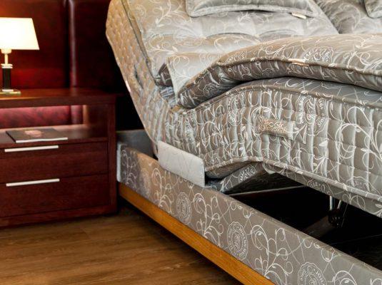 Kontinentální postel s nočním stolkem